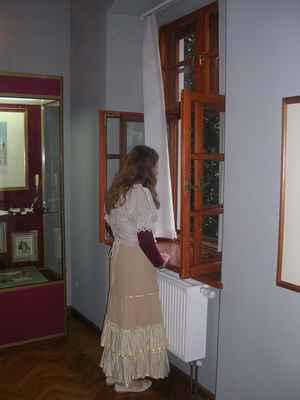 V Těšínském muzeu (bývalý Larischův palác) mají Bílou paní - už 200 let vyhlíží z okna svého milého vojáčka. Teď kecám, je to zaměstnankyně muzea.