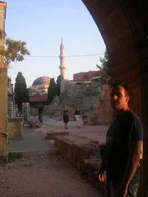 Minaret a kopule mešity sultána Suleimana, Rhodos, Řecko. (Růžová mešita).