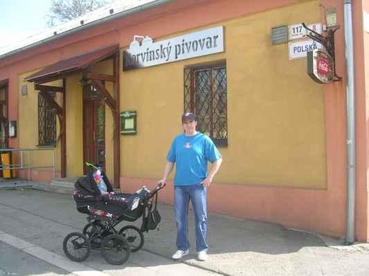 Před Karvinským pivovarem v Karviné - Ráji.
