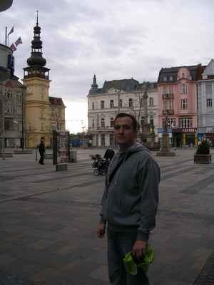Budova Staré radnice (dnes muzea) tvoří dominantu hlavního ostravského - dnes Masarykova náměstí. Ostrava. Ostravo, Ostravo, město mezi městy, hořké moje štěstí Ostravo, Ostravo, černá hvězdo nad hlavou. Pánbůh rozdal jiným městům všecku krásu, parníky na řekách a dámy všité do atlasu, Ostravo, srdce rudé zpečetěný osude. Ostravo, Ostravo, kde jsem oči nechal když jsem k tobě spěchal? Ostravo, Ostravo, černá hvězdo nad hlavou. Ať mě moje nohy nesly kam mě nesly, ptáci na obloze jenom jednu cestu kreslí, Ostravo, srdce rudé zpečetěný osude. Ostravo - text Jaromír Nohavica https://www.youtube.com/watch?v=83p9kM3UlyA