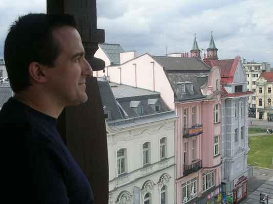 Ve věži Staré radnice - Ostravského muzea. Ostrava. Ostravo, Ostravo, město mezi městy, hořké moje štěstí Ostravo, Ostravo, černá hvězdo nad hlavou. Pánbůh rozdal jiným městům všecku krásu, parníky na řekách a dámy všité do atlasu, Ostravo, srdce rudé zpečetěný osude. Ostravo, Ostravo, kde jsem oči nechal když jsem k tobě spěchal? Ostravo, Ostravo, černá hvězdo nad hlavou. Ať mě moje nohy nesly kam mě nesly, ptáci na obloze jenom jednu cestu kreslí, Ostravo, srdce rudé zpečetěný osude. Ostravo - text Jaromír Nohavica https://www.youtube.com/watch?v=83p9kM3UlyA