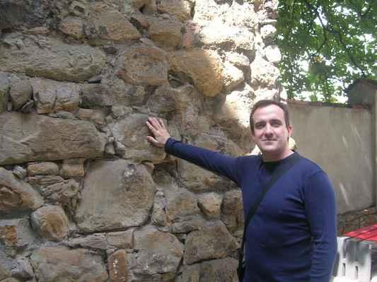 Zbytky původního ostravského opevnění pochází ze středověku a nachází se v blízkosti kostela Svatého Václava u Ostravské brány.(Městské hradby Ostrava 1371-1376). https://www.youtube.com/watch?v=83p9kM3UlyA