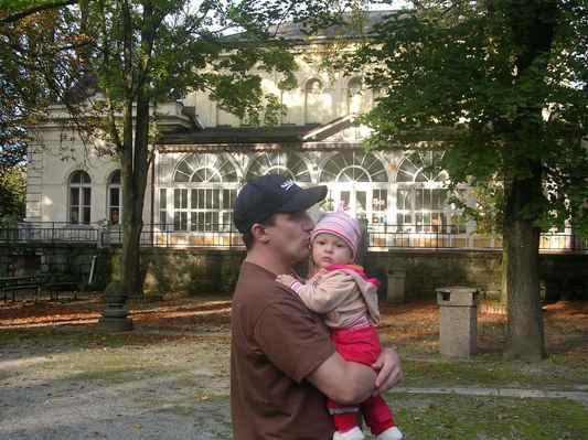 S milovanou Simonkou před Společenským domem Lázní Darkov. Karviná - Darkov.