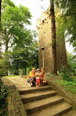 Piastovská věž v Těšíně. Z věže je výhled nejen na obě města ležící na březích řeky Olzy - Cieszyn a Český Těšín.  Věž je pozůstatkem gotického hradu ze 14.stol. a je vysoká 29 m.