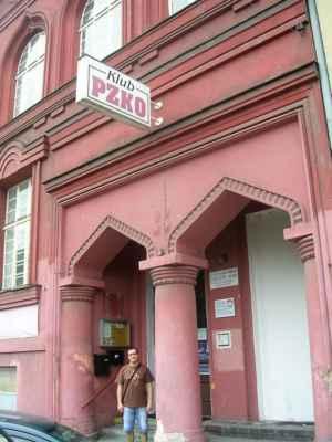 """Česko -Těšínská synagoga nebyla za německé okupace srovnána se zemí či vypálena zřejmě jen proto, že stála v bloku domů. Karvinská (Fryštátská) synagoga takové štěstí neměla. Jedná se o jednu ze čtyř synagog v Moravskoslezském kraji (Nový Jičín, Krnov, 2X Č.-T.). Synagoga Schomre -Schabos (Strážci Šabatu) je bývalá synagoga vystavěná v eklekticko - mauretánském stylu. Roku 1928 navrhl plán synagogy architekt Eduard David na popud ortodoxního sdružení """"Schomre Schabos"""". Ještě téhož roku byla stavba dokončena. Stavbu provedli stavitelé Josef Nosska a Adolf Richter a prvním vlastníkem byl Moses Löbl May. Zajímavá jsou vysoká maurská okna s bohatě profilovanými šambránami a římsami. V přízemí zaujmou vstupní dveře v profilovaném portálu s oblouky ve tvaru oslího hřbetu. V Českém Těšíně bývala i starší synagoga. V roce 1928 její nový majitel Moses Löbl May nechal upravit dům, v kterém sídlila, do dnešní nenápadné podoby."""