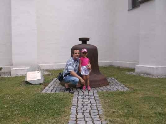 Zvon Marie v parčíku u kostela Povýšení svatého kříže ve Fryštátě. Zvon Marie byl vysvěcen 10.11.1970, odlit v  Třineckých  železárnách, tón f. Váží cca 1800 kg.