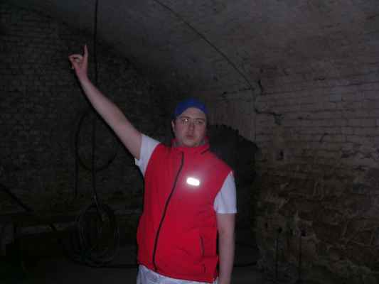 Hostinský z Fryštátské pivnice Na Bečkách má o pivovarském podzemí přehled. Foceno ve sklepení pod pivnicí Na Bečkách.