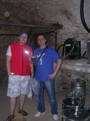 """Pivovarské sklepy a výčepní z Fryštátské pivnice Na Bečkách Daniel Beran. Ve sklepeních funguje zařízení, kterým zahřívají pivo na správnou teplotu. Ano - opravdu zahřívají, ze 4°C na těch správných 6-8°C. Za našima hlavama vedou """"pivní trubky""""."""