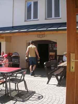 Fryštátský sládek Lukáš Kresta nosí z Městského Karvinského Pivovaru PETky s pivem do ledničky v pivnici (k prodeji).