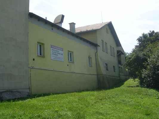 Pivnice BEČKY je budova s šesti okny a sedlovou střechou.