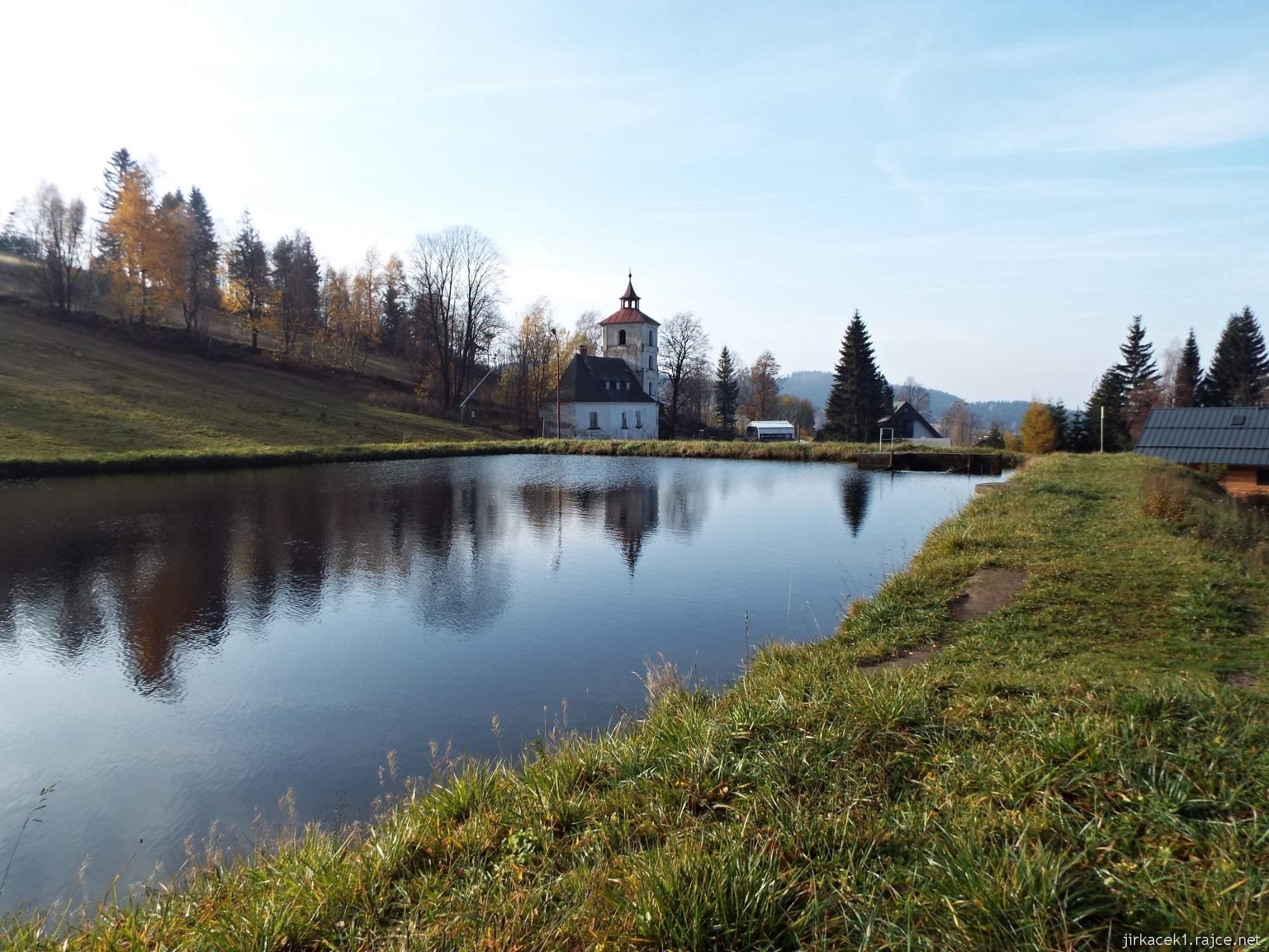 Čenkovice - staré koupaliště, sloužící jako zdroj vody pro zasněžování sjezdovek a evangelický kostel
