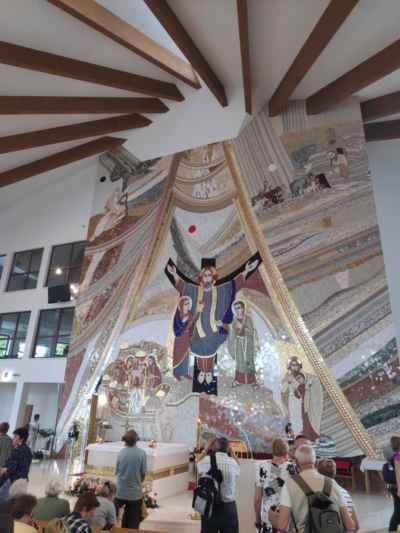 Interiér kostela Panny Marie Matky Církve na Živčákové