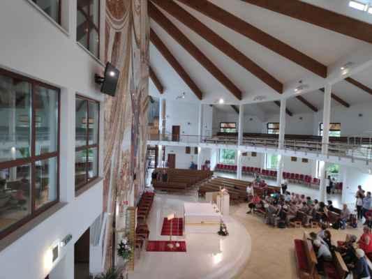 Interiér kostela Panny Marie Matky Církve na Živčákové - pohled od kaple sv. Josefa