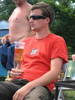 Alternativní držení kelímku, aby pivo neteplalo - photo by © Klára Němečková, 2009