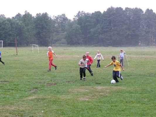 První fotbal na louce - Jen co jsme přijeli, vytáhli kluci míč a šup na louku