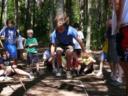 Skok do dálky - První disciplína olympiády, skáče Šimon Weiss