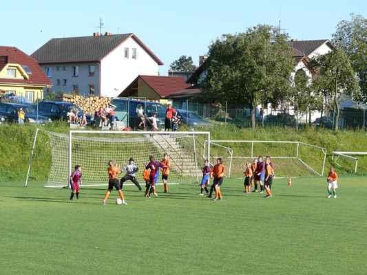 Žáci v Bělčicích - Přátelský zápas žáků v Bělčicích, který jsme prohráli 6:7. Martin Kotrč těsně netrefil míč hlavou
