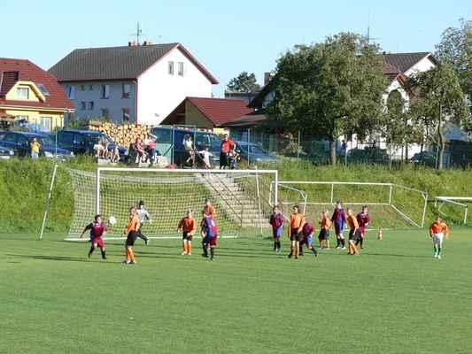 Žáci v Bělčicích - Přátelský zápas žáků v Bělčicích, který jsme prohráli 6:7. Před brankou domácích