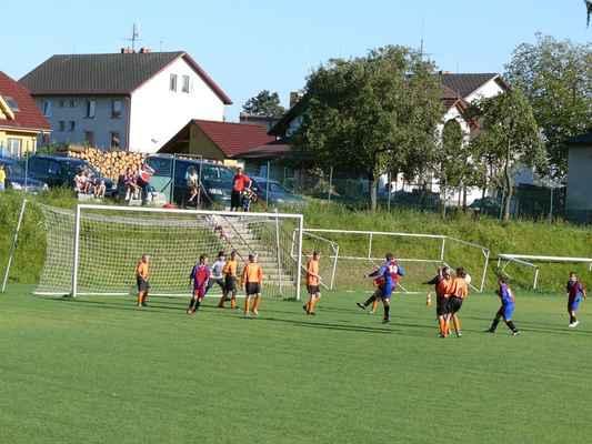 Žáci v Bělčicích - Přátelský zápas žáků v Bělčicích, který jsme prohráli 6:7. Kopali jsme roh