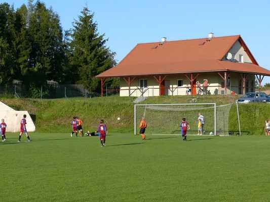 Žáci v Bělčicích - Přátelský zápas žáků v Bělčicích, který jsme prohráli 6:7. Martin Šmejc vyrazil střelu domácího útočníka