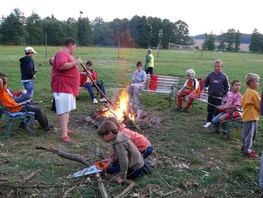 U ohně - Opékání buřtů