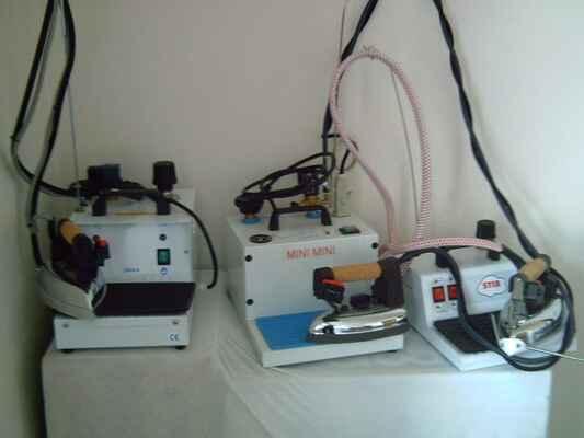 A Unica, Mini-mini, Stirvapor - elektrické vyvíječe páry s žehličkami - typy Unica, Mini-mini a Stirovapor, doplňování vody podle množství žehlení a velikosti vyvíječe po 4-8 hod, není potřeba destilovaná voda<br>plně automatické vyvíječe jsou lehce přenosné, žehlička s korkovou rukojetí, silikonová podložka, regulace množství páry (u typu Unica a Mini-mini), manometr (u typu Mini-mini), <br>možnost dodávky teflonového návleku na žehličku, podstavce pro vyvíječ s odkládacím stolkem