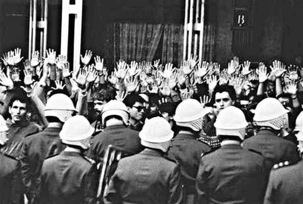 Máme holé ruce, volali tehdy lidé... Co mají holého dnes, po 25 letech budování kapitalismu?